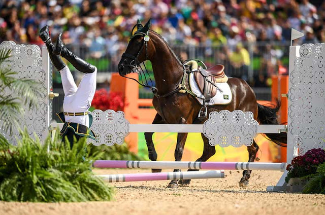 flagra do momento exato que o brasileiro Ruy Fonseca, cai do cavalo