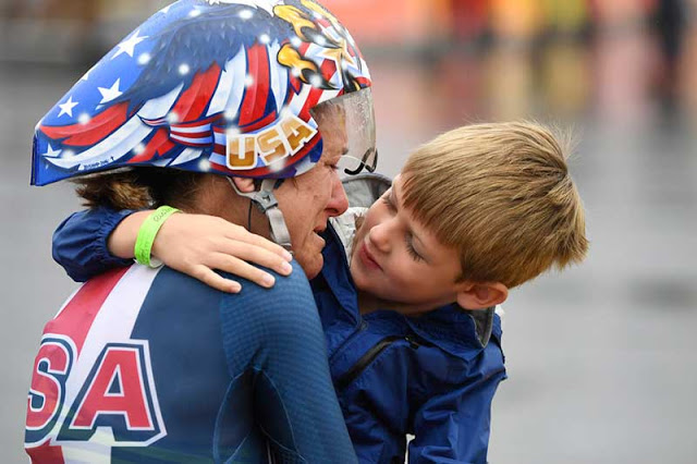 olimpiada rio 2016 Kristin Armstrong sendo abraça seu filho Lucas