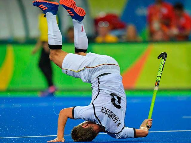 Mats Grambusch da Alemanha cai durante o jogo de hóquei