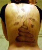Homem traído faz tatuagem de fezes nas costas da namorada